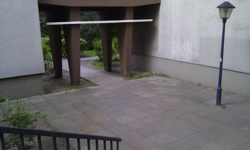 鳥居が団地の下。Britzer Damm, Berlin-Neukölln, 17.5.2012