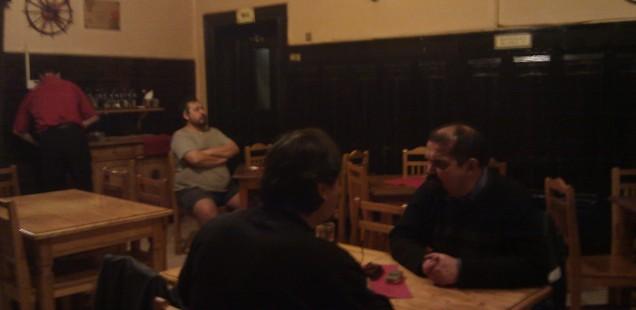 プラハの飲み屋の一人で佇む親父列伝。プラハ・ホレショヴィッツェ。2013年11月1日。