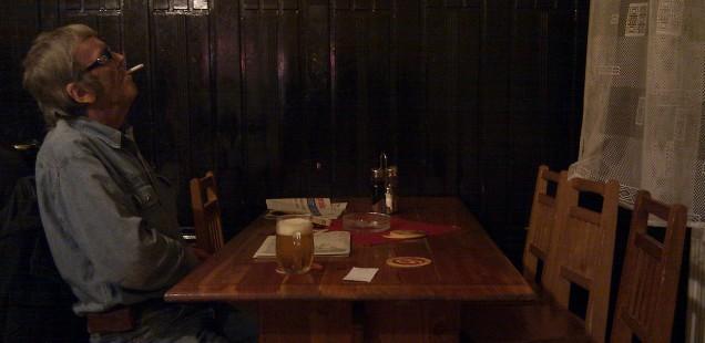 プラハの飲み屋の一人で佇む親父列伝Ⅱ。プラハ・ホレショヴィッツェ。2013年11月8日。