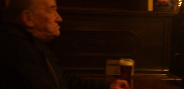 プラハの飲み屋の一人で佇む親父列伝Ⅲ。プラハ・マラー・ストラナー、2014年3月25日。