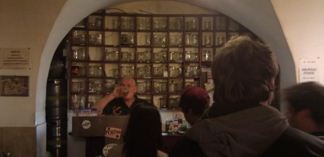 最強のビール注ぎ職人はポニー。ブルノ、チェコ共和国、2014年4月12日。
